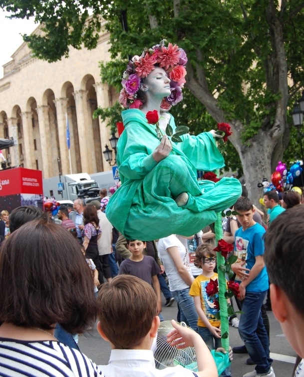 """""""Floating"""" living statues impressed the passery-by."""